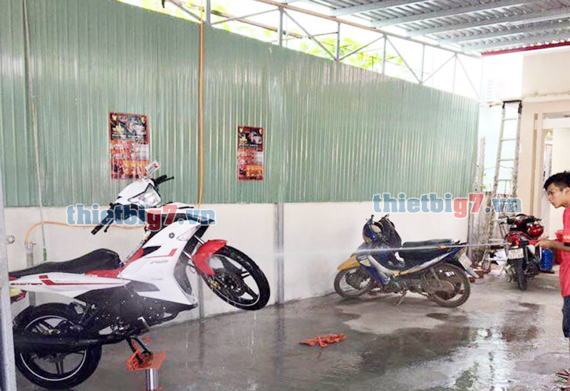 Hình ảnh thực tể ben nâng rửa xe máy dùng dầu thủy lực
